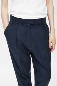 COS RELAXED PLEATED TROUSERS navy detail
