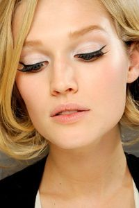 Black eye-liner with white base (Angela Millam Garcia on Pinterest)